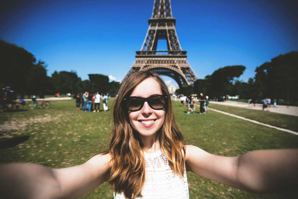 woman taking selfie at Eiffel tower