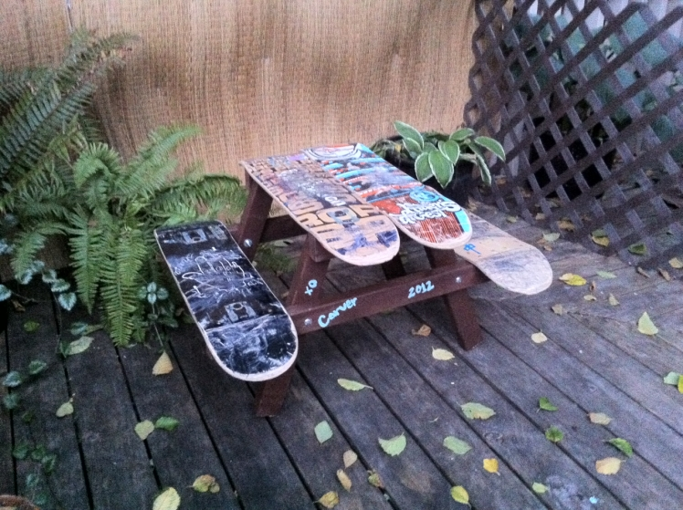 Use old skateboards to build a children's picnic table