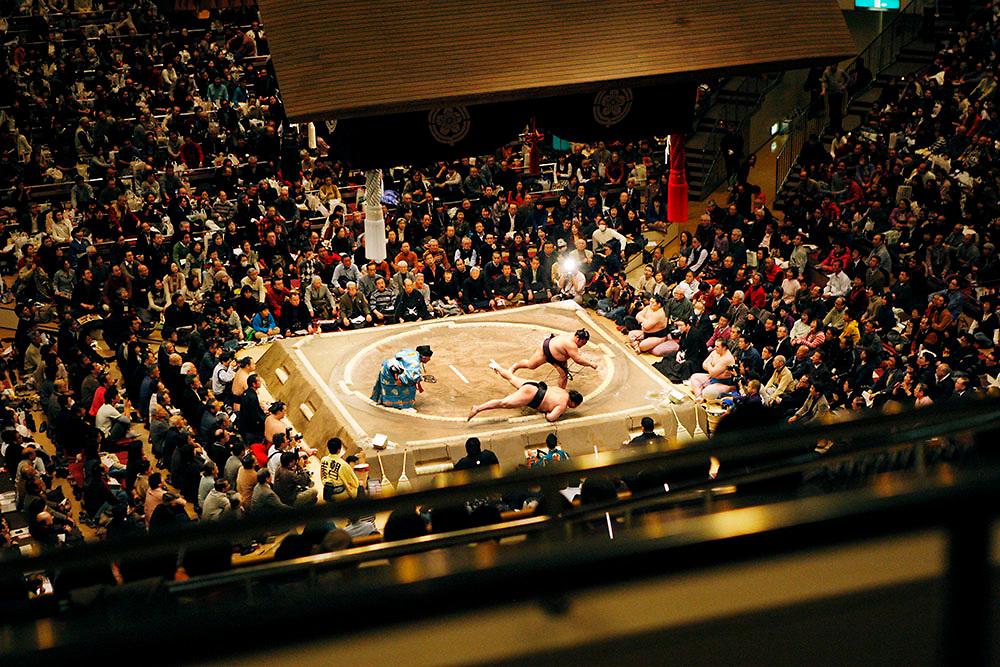 Sumo wrestlers wrestling atRyogoku Kokugikan